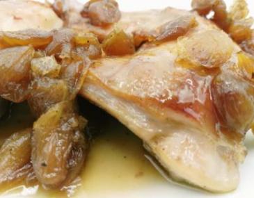 Conill confitat amb cebetes perla