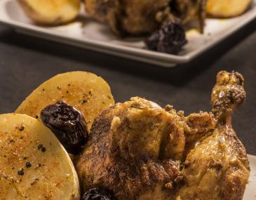 Pollastre a l'ast amb prunes