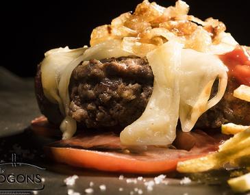 Hamburguesa de vedella amb formatge i ceba caramel.litzada